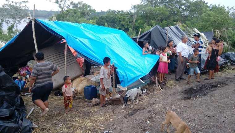 Han pasado cuatro meses desde que una comunidad de guatemaltecos permanece en México después de ser desalojados de Laguna Larga, Petén. (Foto Prensa Libre: EFE)