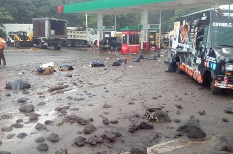 El material volcánico, impulsado por la lluvia, ha llegado hasta áreas pobladas y representa riesgos para las personas. (Foto Prensa Libre: Hemeroteca PL)