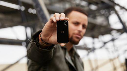 El jugador de baloncesto Stephen Curry, es uno de los embajadores del nuevo teléfono de Palm. PALM