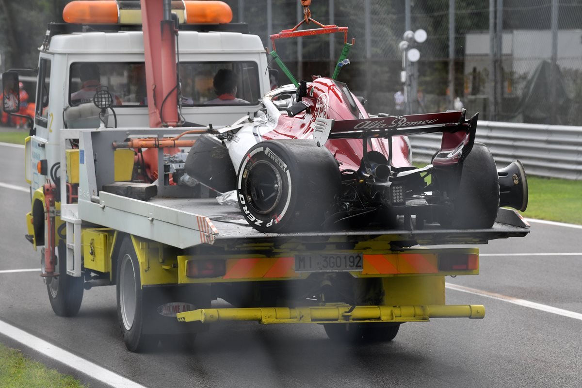 El monoplaza fue retirado en grúa del lugar del accidente. (Foto Prensa Libre: AFP)