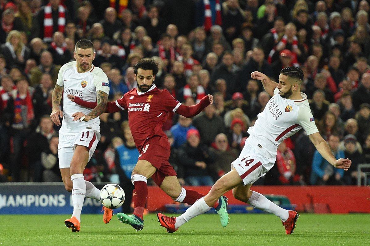 Salah supera al defensa Aleksandar Kolarov y Patrik Schick durante el duelo que el Liverpool terminó con el triunfo. (Foto Prensa Libre: AFP)