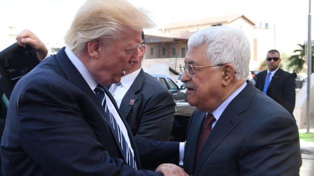 Trump criticó la ayuda a los palestinos, cuyo líder es Mahmoud Abbas (derecha) dando a entender que no daba resultados. AFP