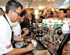 ASISTENTES AL 26o. Congreso Nacional del Café degustan variedades del grano cultivado en distintas regiones del país.