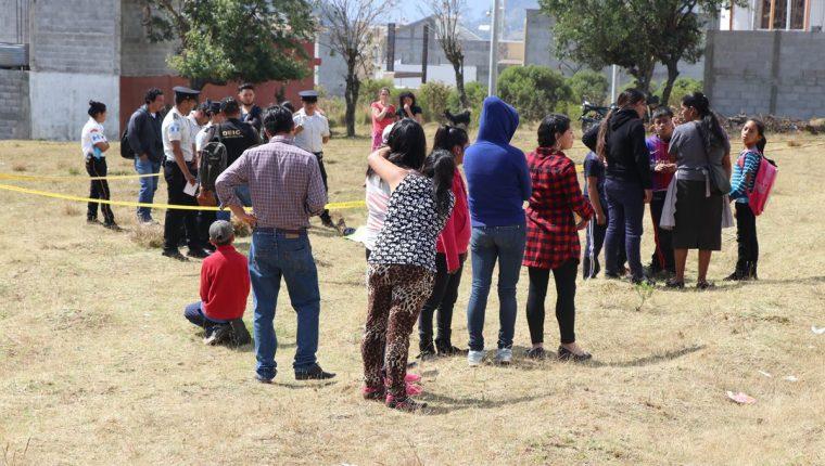 Vecinos y amigos llegan a identificar el cadáver del ayudante de albañil. (Foto Prensa Libre: Whitmer Barrera)
