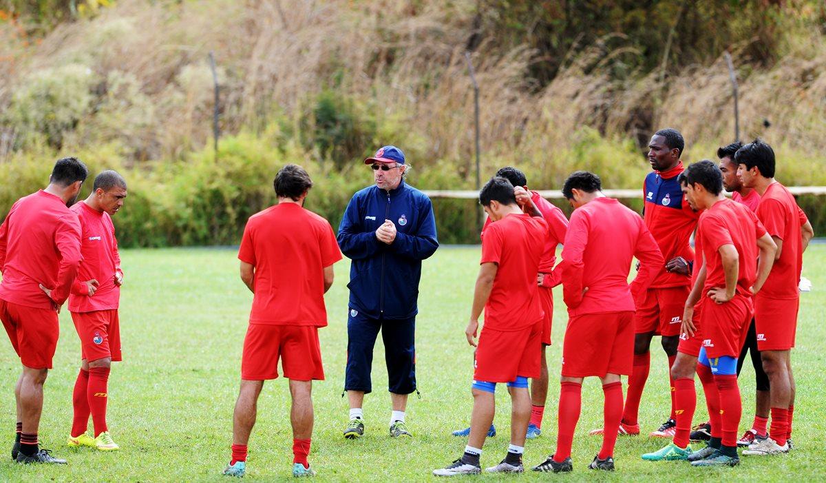 Los jugadores de Municipal, durante el entrenamiento escarlata. (Foto Prensa Libre: Edwin Fajardo)