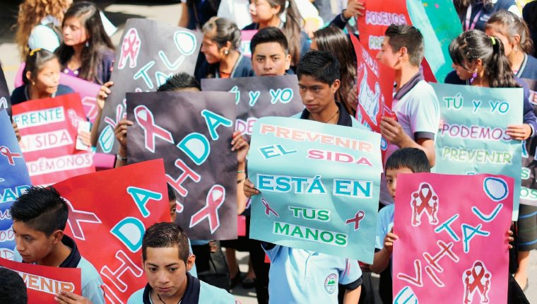 Estudiantes de   35 centros educativos de Huehuetenango se solidarizan con portadores de VIH. (Foto Prensa Libre: Mike Castillo)
