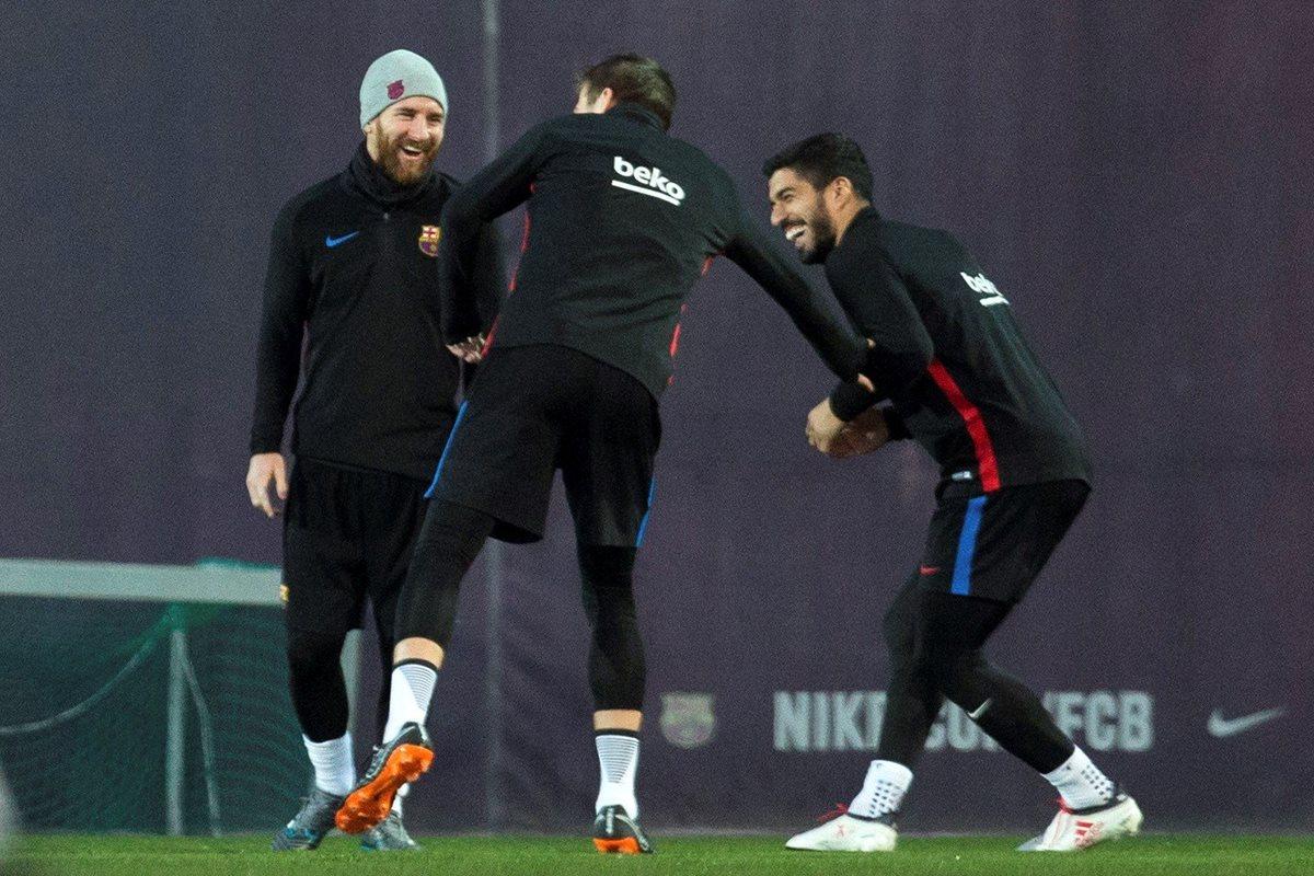 El buen ambiente en el Barcelona se refleja en los entrenamientos. En la imagen Gerard Piqué, Lionel Messi y Luis Suárez platican luego de la práctica. (Foto Prensa Libre: EFE)