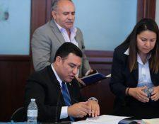 Alfonso Alonzo, ministro de Ambiente afirmó a los periodistas que pagó en dólares por el uso del helicóptero en la semana pasada. (Foto Prensa Libre: Álvaro Interiano)