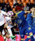El defensa argentino del Celta de Vigo Gustavo Daniel Cabral (c) y el mediocampista del Valencia Carlos Soler (i) luchan por el balón en el duelo que terminó ganando el Valencia. (Foto Prensa Libre: EFE)
