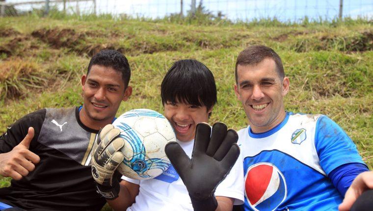 Randy Ventura, junto a los guardametas de Comunicaciones, Fredy Pérez y Javier Irazún. (Foto Prensa Libre: Carlos Vicente)