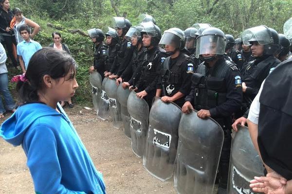 Contingente de PNC en la comunidad La Puya. (Foto Prensa Libre: Estuardo Paredes)