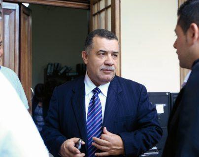 Estuardo Gálvez es notificado de orden de captura en un sanatorio