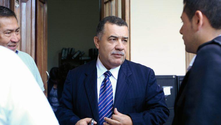 El exrector de la Usac, Estuardo Gálvez al salir del Registro de Ciudadanos del TSE, donde ofreció apoyo para capacitaciones, el 21 de diciembre de 2018. (Foto Prensa Libre: Edwin Bercián).