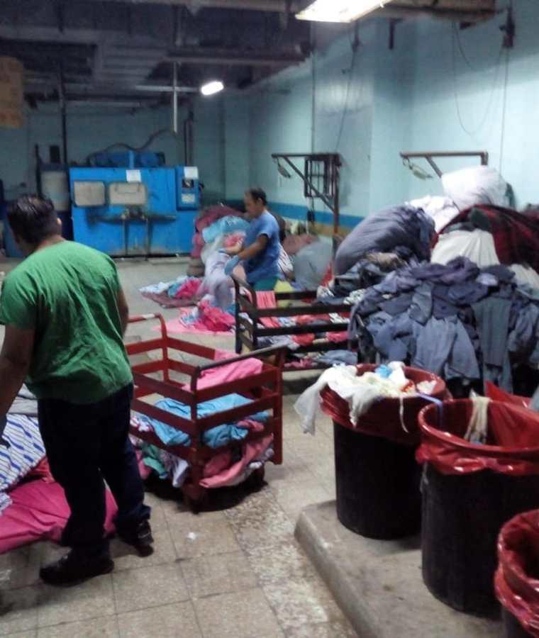 En el área de lavandería del Hospital General San Juan de Dios se acumulan grandes cantidades de ropa, lo que podría causar contaminación. (Foto Prensa Libre: Óscar Rivas)