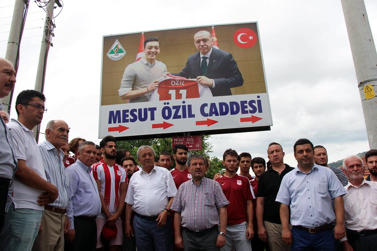 Özil es criticado por supuesto apoyo a candidatura de Turquía para Eurocopa 2024