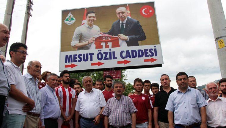 En Turquía se ha popularizado la foto de Mesut Özil con el presidente turco. (Foto Prensa Libre: AFP)