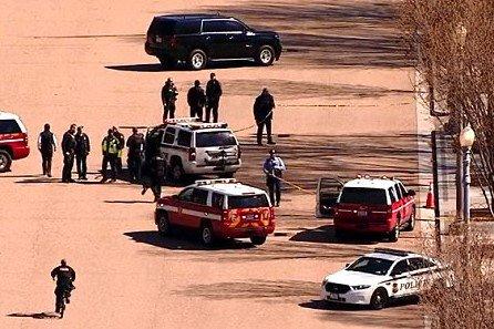 Agentes del Servicio Secreto y socorristas atienen a un hombre herido frente a la Casa Blanca. (Foto Prensa Libre: @Shirleysuasnava)