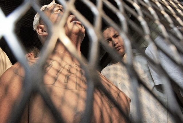 Dos de los implicados en el motín del Centro Juvenil Etapa 2, en una de las carceletas de la Torre de Tribunales. (Foto Prensa Libre: Esbin García)