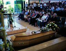 Familiares de las víctimas participan en el funeral religioso, en Montcada, cerca de Barcelona. (foto Prensa Libre:AP)