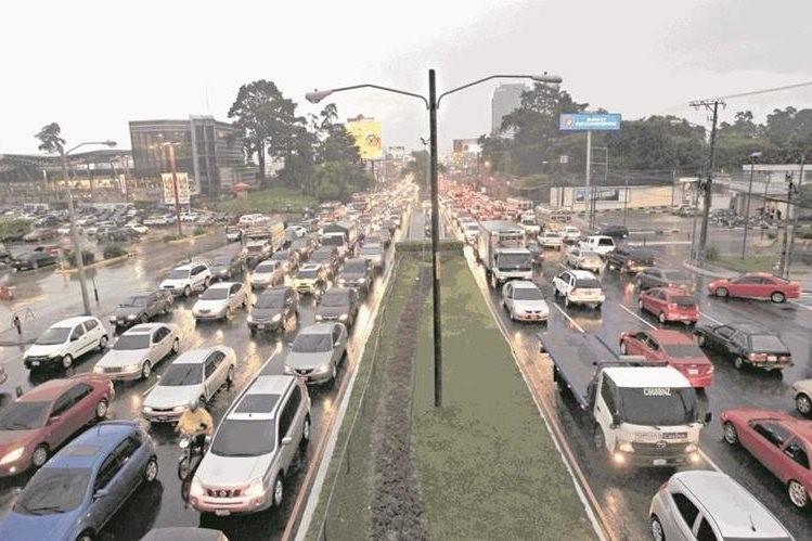 En la calzada Roosevelt transitan 90 vehículos en horas pico, es una de las rutas más transitadas en el área metropolitana. (Foto Prensa Libre: Hemeroteca PL)