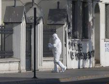Efectos de la Policía trabaja en la escena donde se produjo una alerta de bomba y halló un graffiti contra el Pontífice.(AFP).