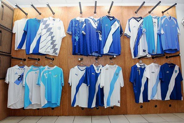 La camisola de la Selección Nacional ha pasado por una serie de cambios a lo largo de los años. (Foto Prensa Libre: Fernando López).