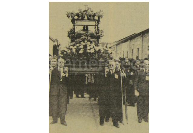 La urna del Señor Sepultado de Santo Domingo portada en una pequeña anda el viernes santo de 1939. (Foto: Hemeroteca PL)