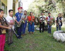 Jóvenes que aprenden a ejecutar instrumentos de viento practican en un espacio abierto afuera del gimnasio municipal de San Pedro Carchá. (Foto Prensa Libre: Eduardo Sam).