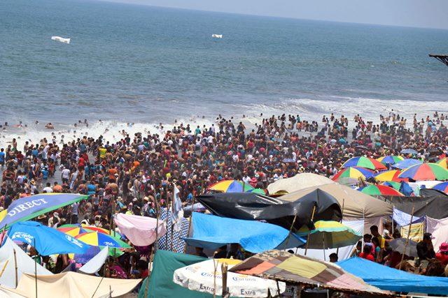 Durante Semana Santa cientos de visitantes se refrescan en las distintas playas del país. (Foto Prensa Libre: Hemeroteca PL).