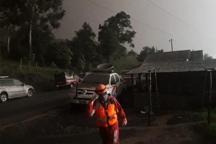 En Chimaltenango se han reportado personas evacuadas y monitoreo de cuerpos de socorro ante la actividad del Volcán de Fuego.