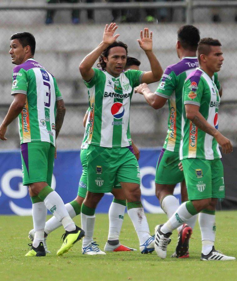 Agustín Herrera (centro) es el artillero de Antigua GFC con 10 goles. El mexicano ha anotado el 50 por ciento del total de 20 dianas que lleva el club. (Foto Prensa Libre: Hemeroteca PL)