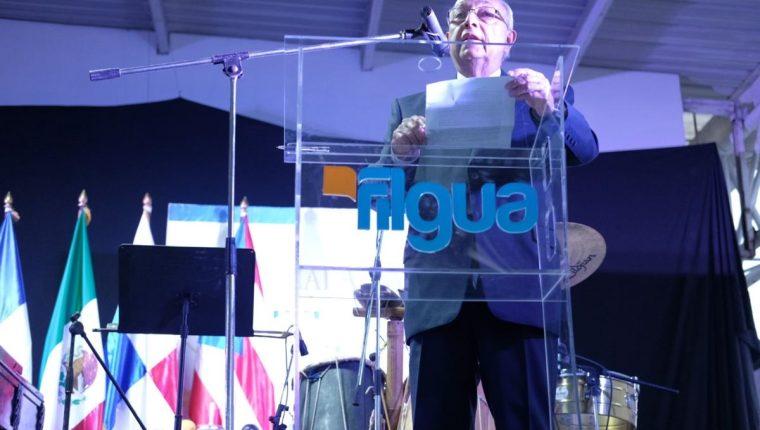 """Miguel Ángel Asturias Amado, hijo del Premio Nobel de Literatura, habla sobre """"El mundo de Asturias"""" durante el acto de inauguración de Filgua 2017. (Foto Prensa Libre: José Andrés Ochoa)"""