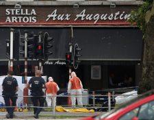 Efectivos de la Policía investigan en la escena de la balacera en Lieja, Bélgica. Un hombre mató a dos policías y un pasajero de un automóvil.(Foto Prensa Libre:EFE).