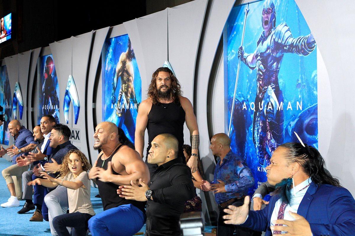 """El actor estadounidense Jason Momoa realiza la danza ritual Maorí Haka durante la presentación de la película """"Aquaman"""" en el Teatro Chino de Grauman, en Hollywood, California (EEUU) (Foto Prensa Libre: EFE)."""