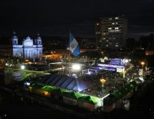 La pista de patinaje gigante sobre hielo es la principal atracción del Festival. (Foto Prensa Libre: Carlos Hernández)