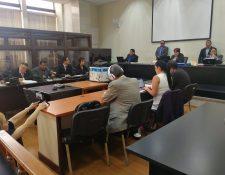 El exjefe de Inteligencia José Mauricio Rodríguez Sánchez (con audífonos) enfrenta el segundo debate por genocidio. (Foto Prensa Libre: Kenneth Monzón)