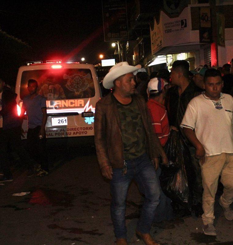 Vecinos llegan a identificar a las víctimas que eran originarias de la aldea Roble Gacho, Concepción Las Minas, Chiquimula. (Foto Prensa Libre: Mario Morales)