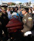 Elementos del Ejército cargan el ataúd del exjefe de estado José Efraín Ríos Montt; fue inhumado en el cementerio La Villa. (Foto Prensa Libre: Paulo Raquec).