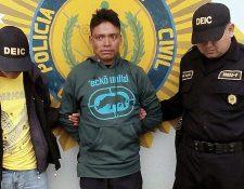 Justiniano Constantino Jiguán Ramírez es aprehendido por agentes de la PNC en Cabricán. (Foto Prensa Libre: Carlos Ventura)