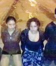 Tres adultos y un menor fueron detenidos la noche del sábado. (Foto Prensa Libre: PNC).