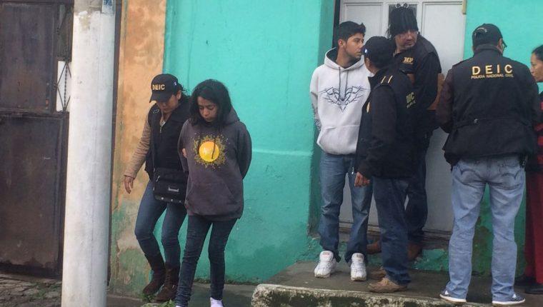 Fiscales del MP, durante la captura de los sospechosos. (Foto Prensa Libre: Fred Rivera)