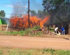Las llamas consumieron una vivienda después de un altercado por el juego entre Boca - River. (Foto Prensa Libre: El Territorio, Misiones)
