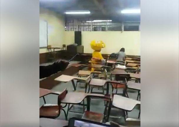 La propuesta de noviazgo fue en un salón de clases del Cunoc, en Quetzaltenango. (Foto Prensa Libre: Cristian Nima).