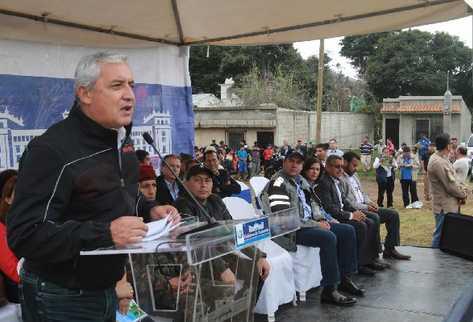 El Presidente Otto Pérez Molina, en gira por  Sacatepéquez, anuncia  que los aviones  Súper Tucano —insertos—  no se comprarán por estar sobrevalorados.