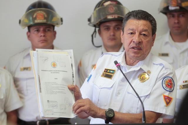 César González Arroyo asegura que el presupuesto que reciben los Bomberos Voluntarios es insuficiente. (Foto Prensa Libre: Erick Ávila)