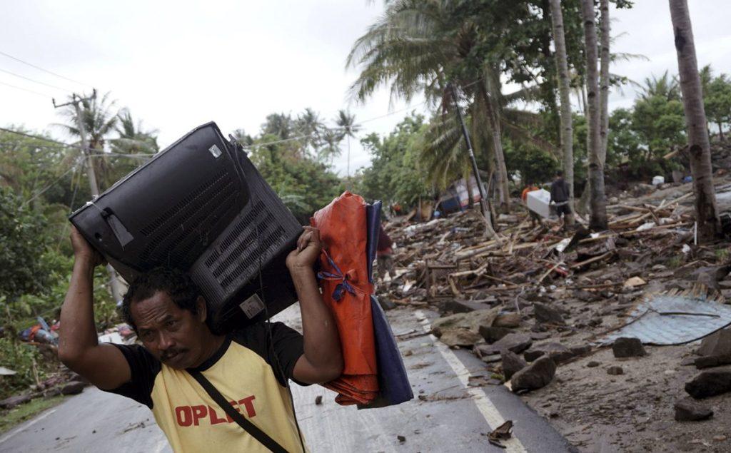 El tsunami podría haberlo provocado un aumento repentino de la marea debido a la Luna llena combinada con una avalancha submarina tras la erupción del Anak Krakatoa.