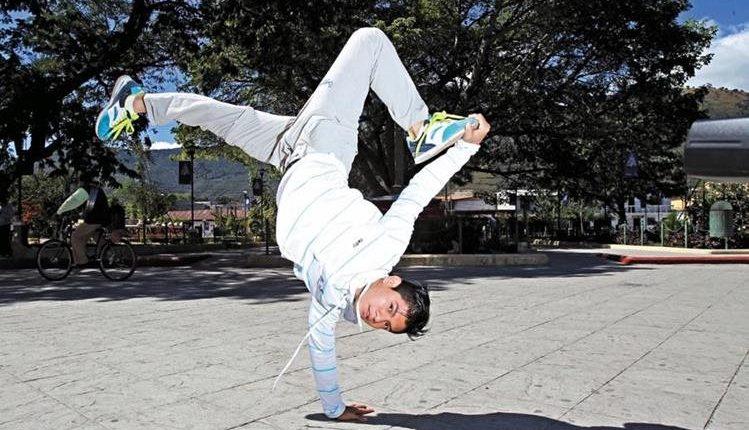 La danza urbana que forma parte de la cultura Hip Hop, forman de la vida de Jorge Vega. (Foto Prensa Libre: Carlos Vicente)