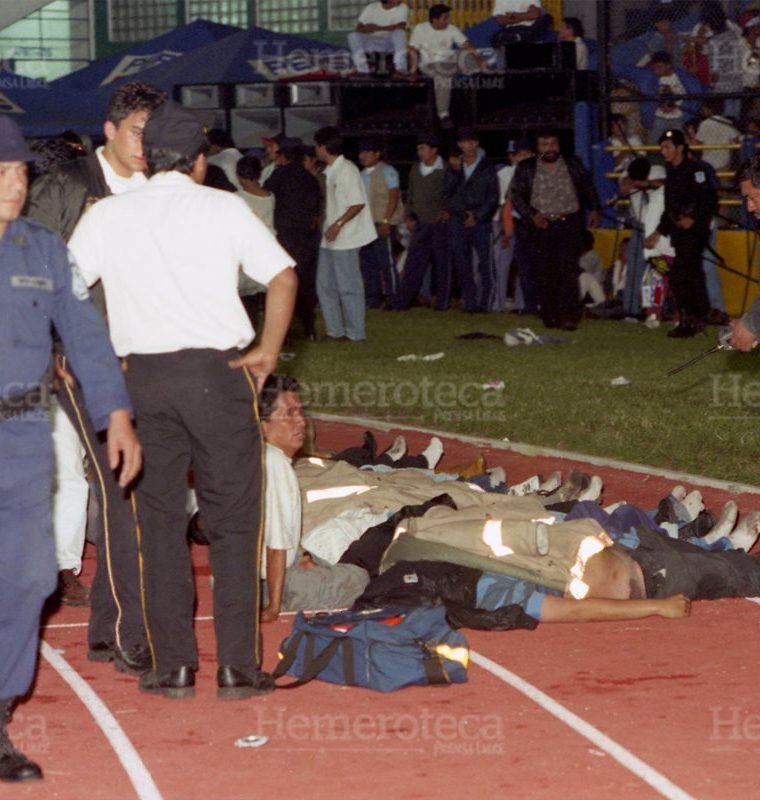 Los cuerpos de los aficionados que murieron en la avalancha fueron llevados a la pista de atletismo luego del accidente ocurrido en la puerta de acceso de la General Sur. (Foto: Hemeroteca PL)
