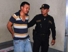 Un agente de la PNC traslada a Nolvin Oswaldo Godoy Díaz, sindicado de agredir a dos féminas en la cabecera de Zacapa. (Foto Prensa Libre: Víctor Gómez)