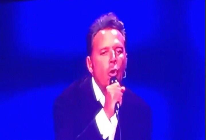 El cantante mexicano recibió fuertes críticas luego de concierto celebrado el lunes último. Lo señalan de haber estado alcoholizado y de haber comenzado tarde. (Foto Prensa Libre: Twitter)